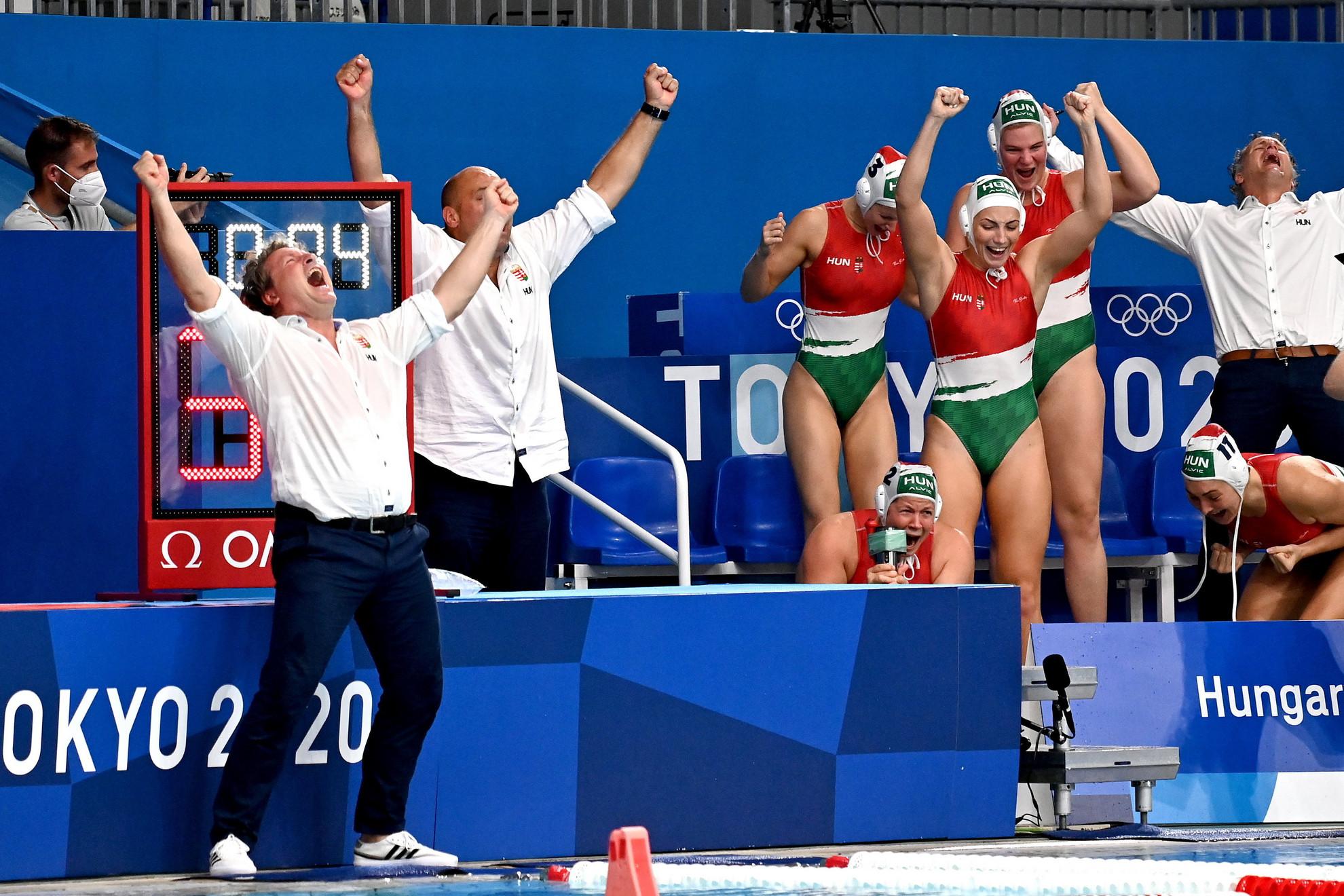 A bronzérmes magyar csapat ünnepli győzelmét a világméretű koronavírus-járvány miatt 2021-re halasztott 2020-as tokiói nyári olimpia női vízilabdatornáján a harmadik helyért játszott Magyarország - Orosz Olimpiai Csapat mérkőzés végén a Tacumi Vízilabdaközpontban 2021. augusztus 7-én