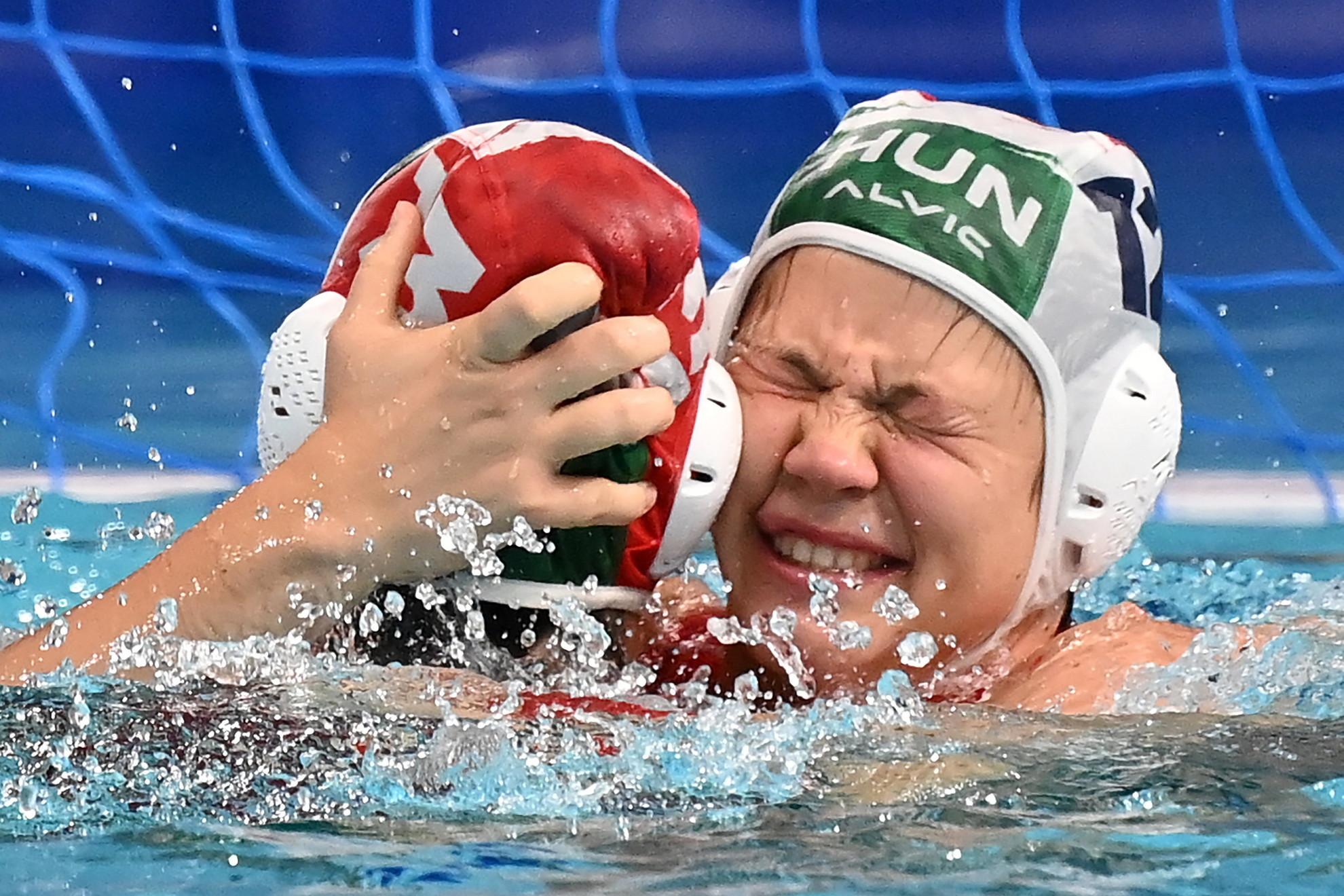 Magyari Alda kapus (háttal) és Garda Krisztina, a bronzérmes magyar csapat tagjai ünneplik győzelmüket a világméretű koronavírus-járvány miatt 2021-re halasztott 2020-as tokiói nyári olimpia női vízilabdatornáján a harmadik helyért játszott Magyarország - Orosz Olimpiai Csapat mérkőzés végén a Tacumi Vízilabdaközpontban 2021. augusztus 7-én