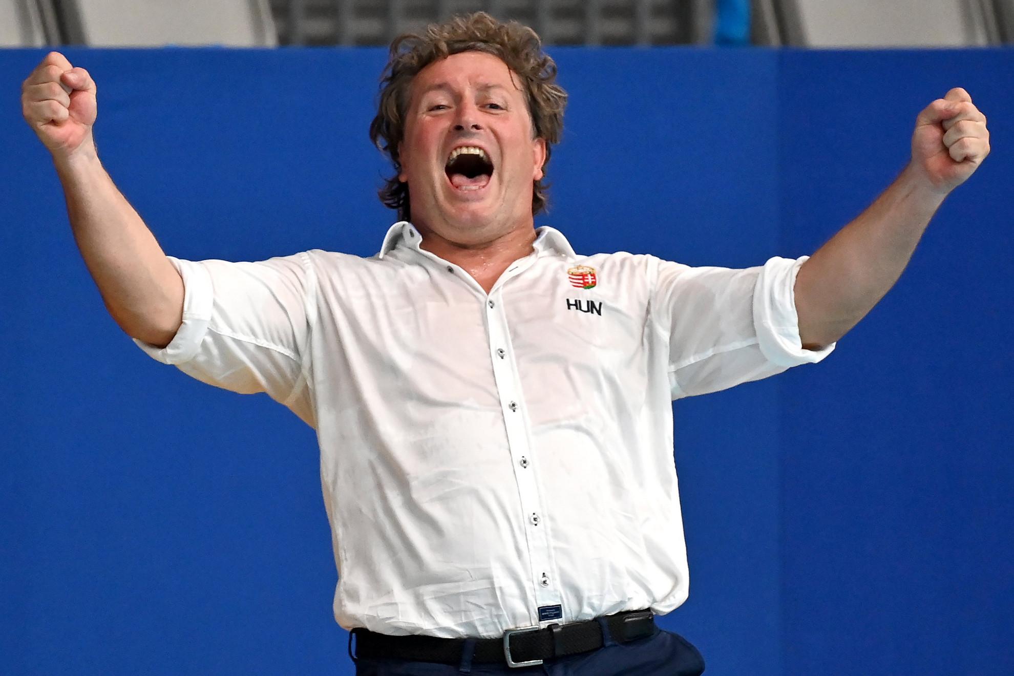 Bíró Attila szövetségi kapitány ünnepli a bronzérmes magyar csapat győzelmét a világméretű koronavírus-járvány miatt 2021-re halasztott 2020-as tokiói nyári olimpia női vízilabdatornáján a harmadik helyért játszott Magyarország - Orosz Olimpiai Csapat mérkőzés végén a Tacumi Vízilabdaközpontban 2021. augusztus 7-én