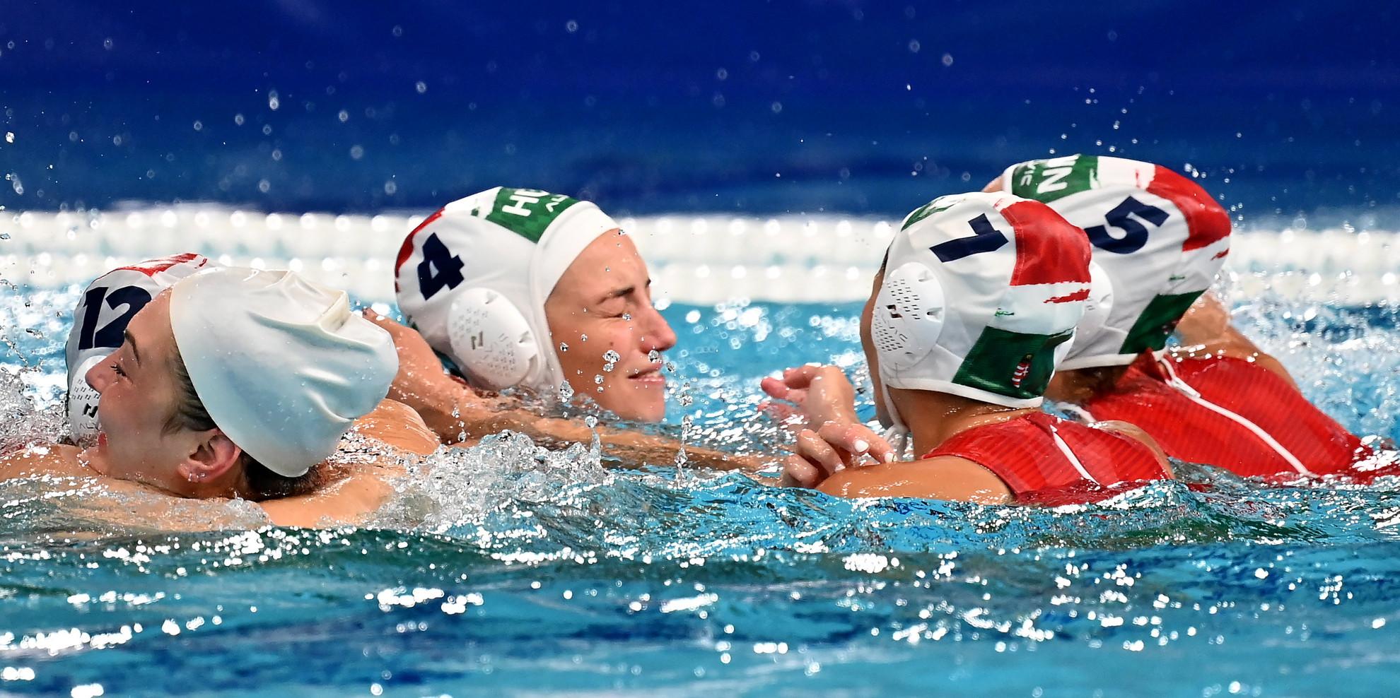 Garda Krisztina (takarásban), Rybanska Natasa, Gurisatti Gréta, Illés Anna és Szücs Gabriella, a bronzérmes magyar csapat tagjai (b-j) ünneplik győzelmüket a világméretű koronavírus-járvány miatt 2021-re halasztott 2020-as tokiói nyári olimpia női vízilabdatornáján a harmadik helyért játszott Magyarország - Orosz Olimpiai Csapat mérkőzés végén a Tacumi Vízilabdaközpontban 2021. augusztus 7-én