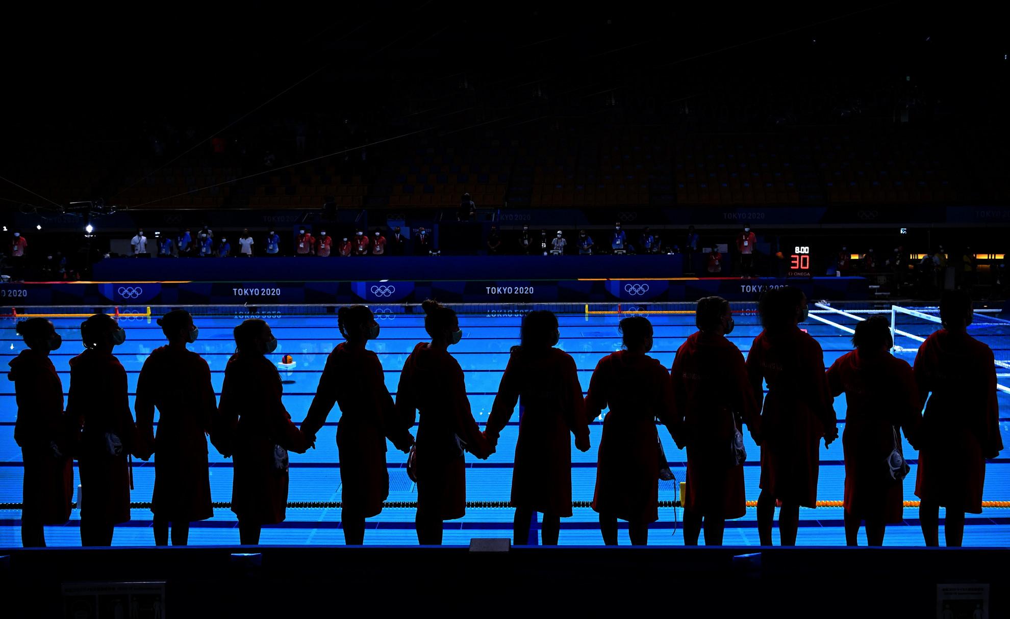 A későbbi bronzérmes magyar csapat a világméretű koronavírus-járvány miatt 2021-re halasztott 2020-as tokiói nyári olimpia női vízilabdatornáján a harmadik helyért játszott Magyarország - Orosz Olimpiai Csapat mérkőzés előtt a Tacumi Vízilabdaközpontban 2021. augusztus 7-én