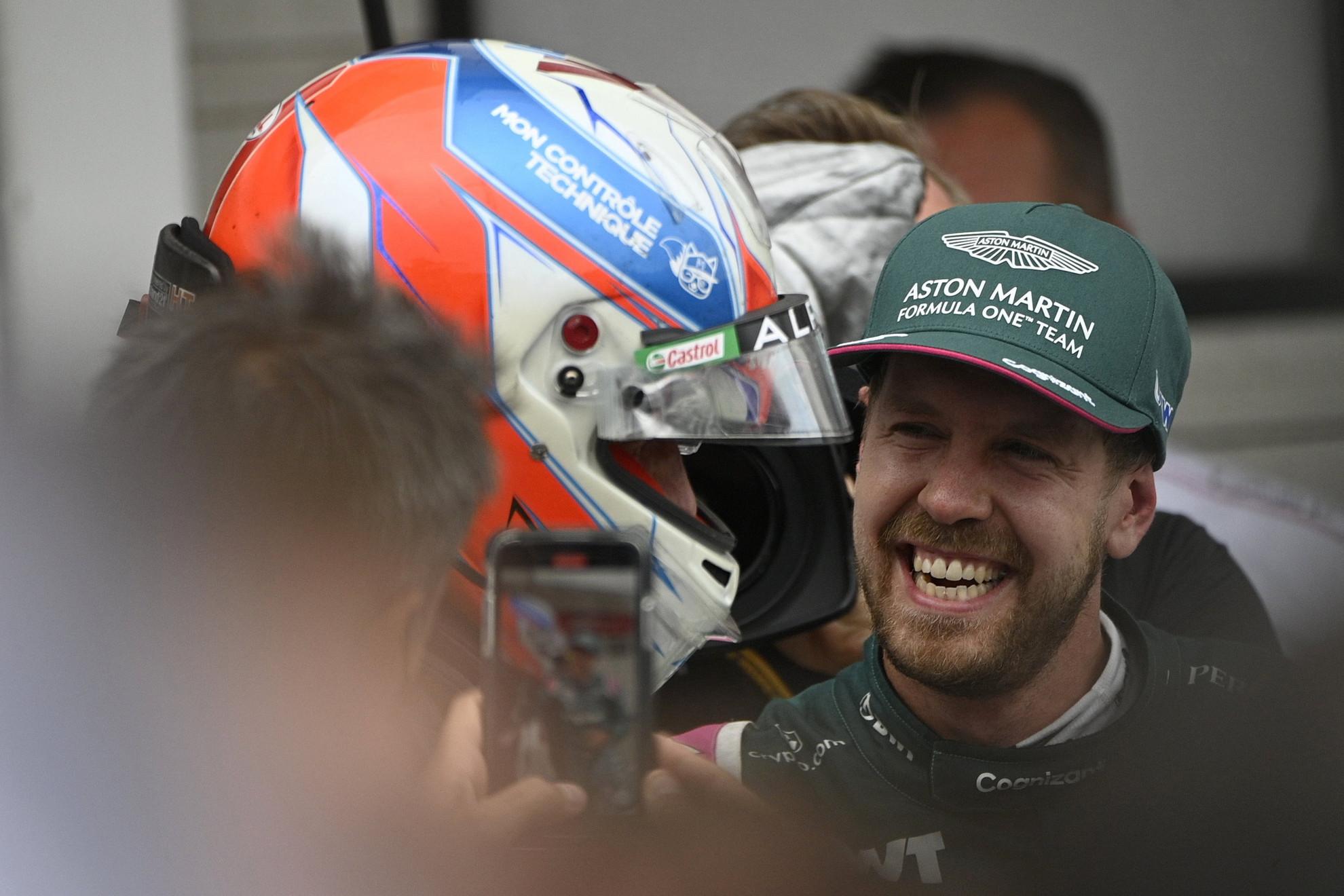 A futamgyőztes Esteban Ocon, az Alpine francia versenyzője (b) és a második helyezett Sebastian Vettel, az Aston Martin német pilótája a Forma-1-es Magyar Nagydíjon a mogyoródi Hungaroringen 2021. augusztus 1-jén
