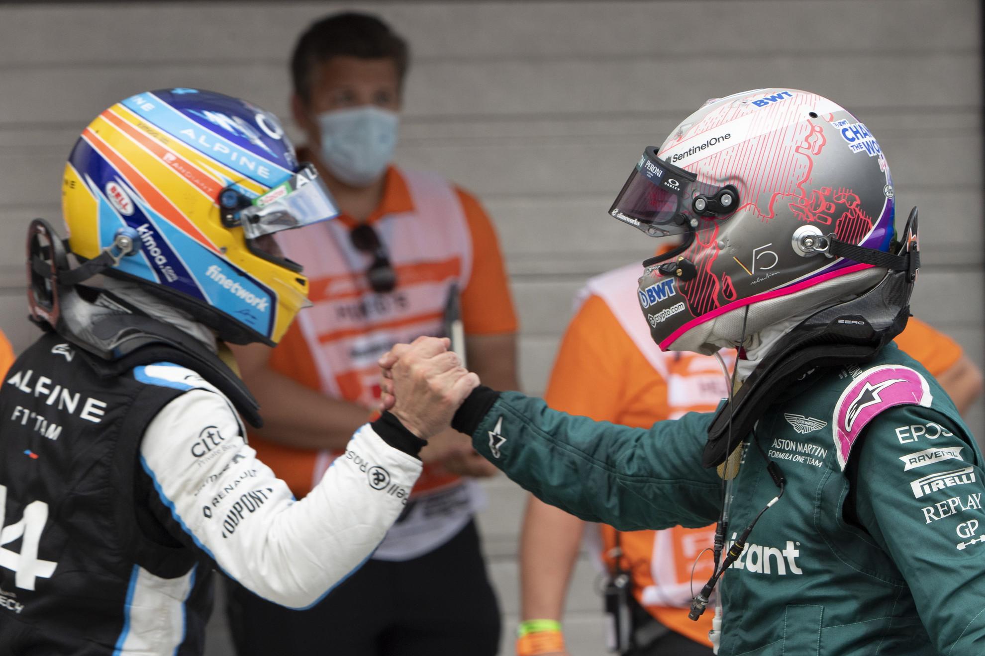 A győztes Esteban Ocon, az Alpine francia versenyzője (b) és a második helyezett Sebastian Vettel, az Aston Martin német versenyzője (j) a Forma-1-es Magyar Nagydíj futama után a mogyoródi Hungaroringen 2021. augusztus 1-jén