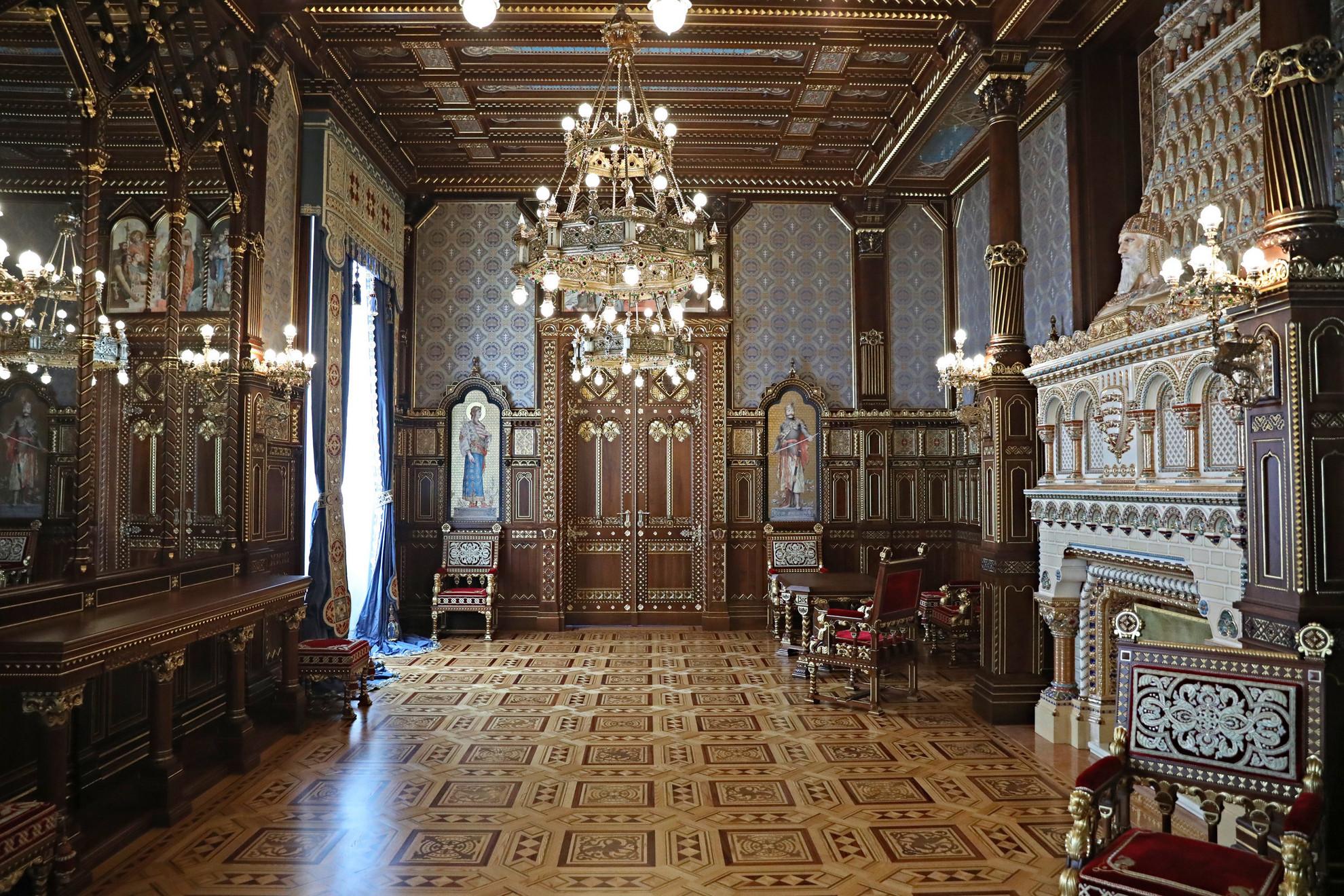 A Szent István-terem leginkább meghatározó anyaga a fa, amely a padlót, a mennyezetet és a falakat borítja