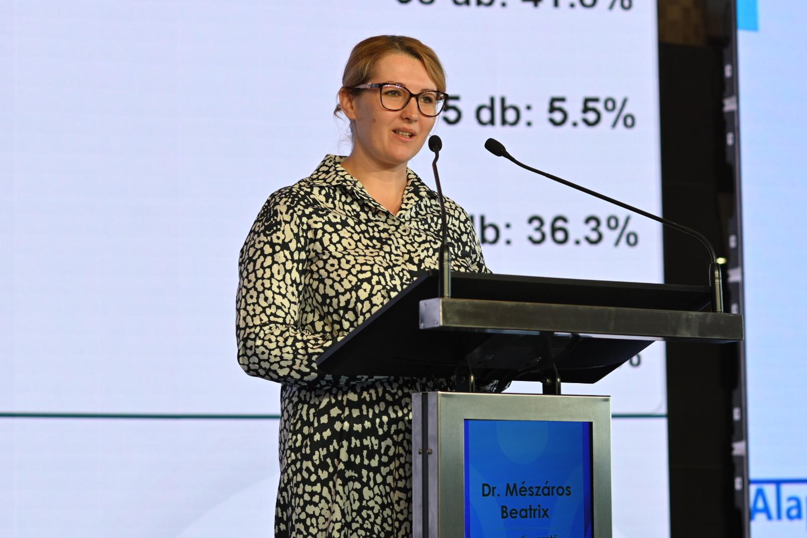 Mészáros Beatrix, a Mészáros csoport operatív vezetője beszédet mond a Mészáros Alapítvány V. konferenciáján