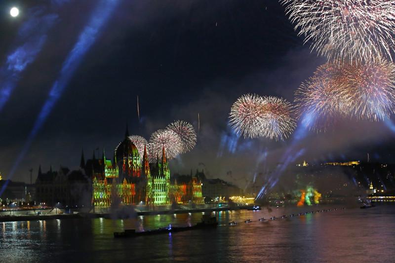 Tűzijáték a Duna felett Budapesten az államalapítás ünnepén, Szent István napján 2021. augusztus 20-án