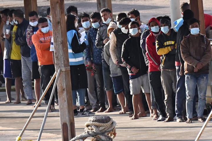 Több mint ezer migráns érkezett Lampedusa szigetére