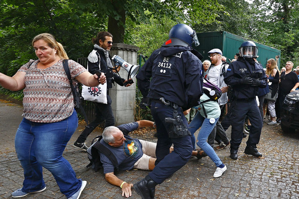 Vízágyúkkal a tüntetők ellen