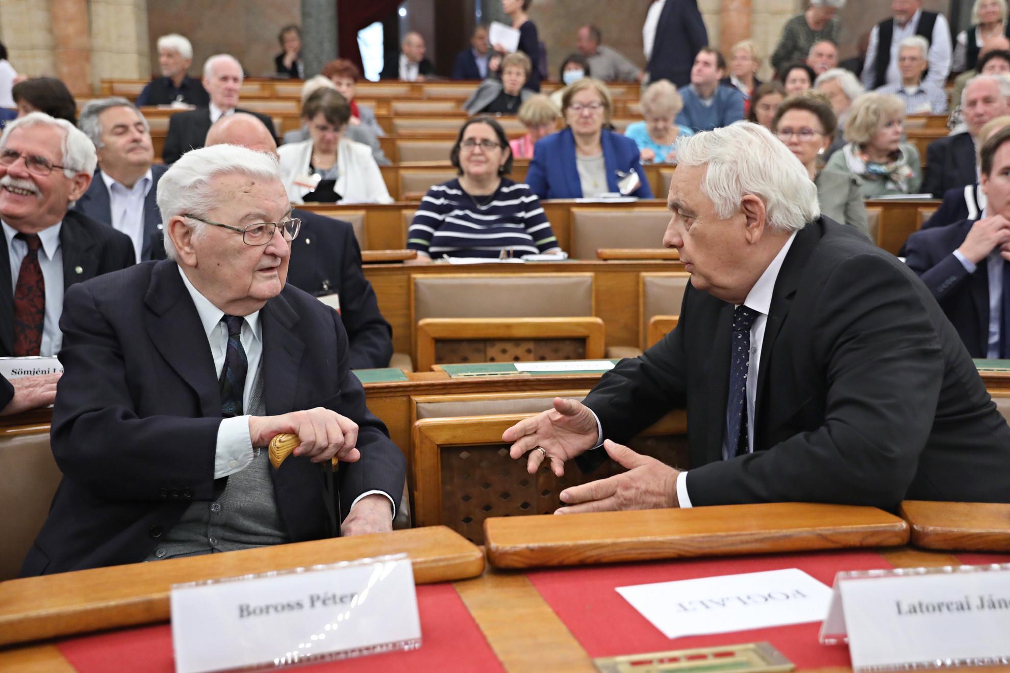 Boross Péter volt miniszterelnök (b) és Latorcai János, az Országgyűlés alelnöke (j)