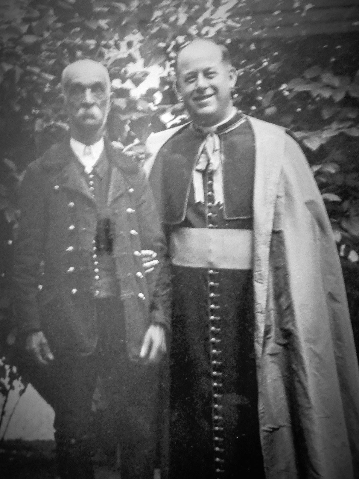 A lakiteleki Jézus Szíve-templomot idén 95 esztendeje, 1926. szeptember 8-án, Kisboldogasszony ünnepén szentelte fel Révész István (jobbról) kecskeméti prelátus plébános, későbbi tábori püspök. Ő volt az, aki erőt és fáradságot nem kímélve megszervezte Kecskemét környékén a tanyasi iskolai hálózatot, és ott tanyasi lelkészségeket hívott életre. A felsőalpári határ, a mai Lakitelek hitéletét, az itt élő emberek boldogulását különösen szívén viselte a derék pap. Ez lehetett az oka annak, hogy Balla Sándort (balról) kérte fel a köszöntésre