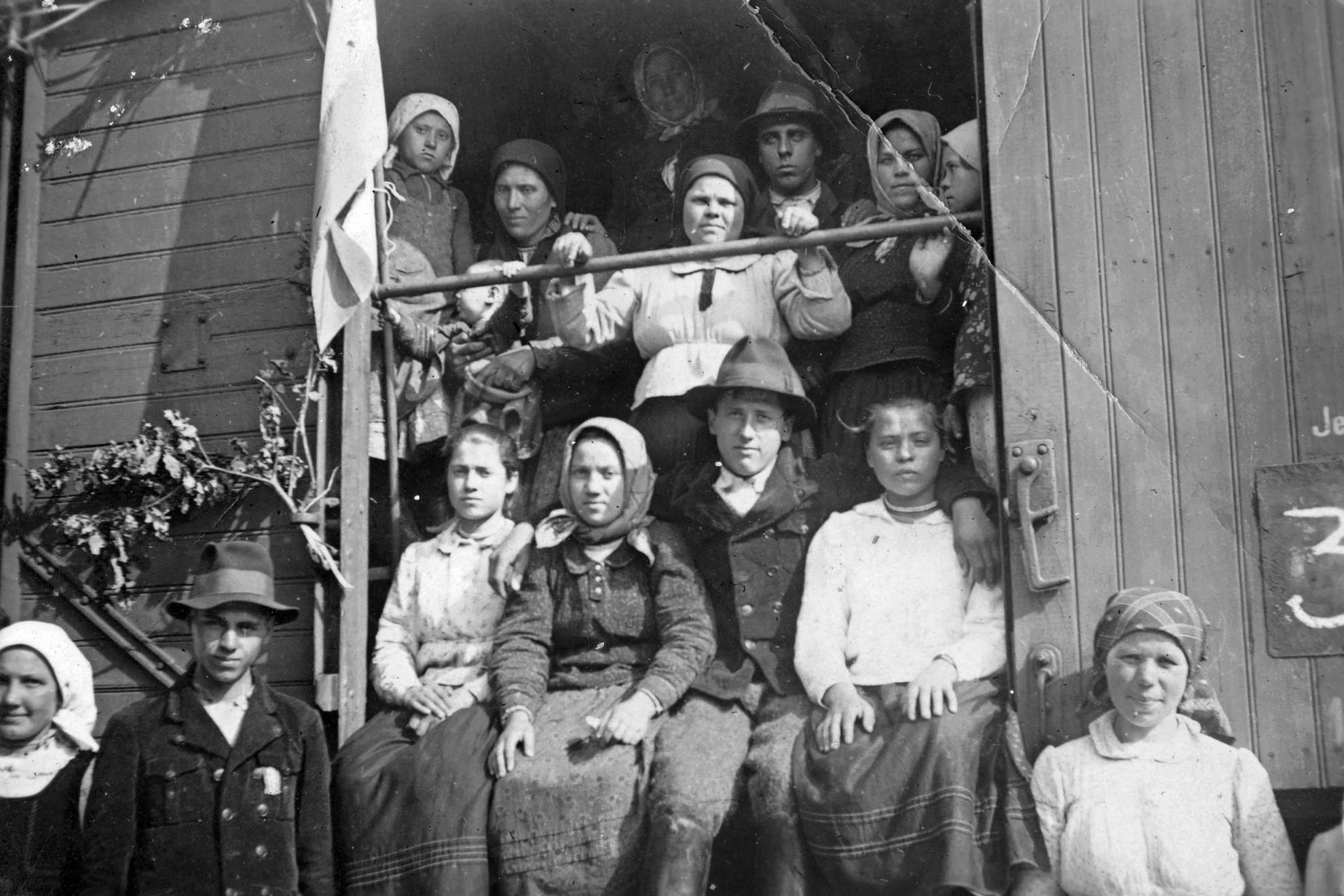 Vagonokba összezsúfolt, kitelepített magyar családok, útban az anyaország felé 1947-ben
