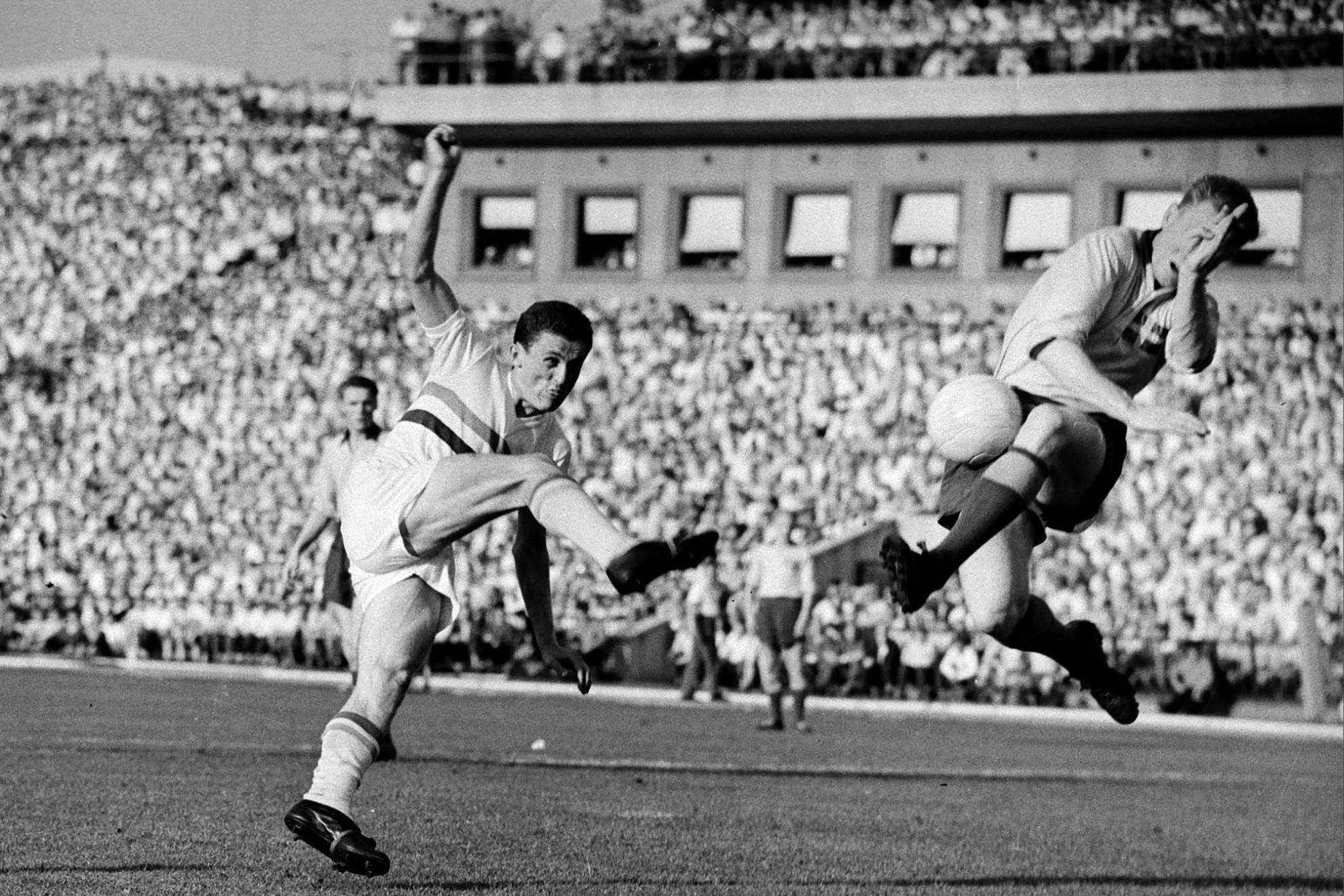 Egyik legjobb mérkőzését 1959-ben a vb-ezüstérmes svédek ellen játszotta. Jellegzetesen kicsavart testtartással lő kapura
