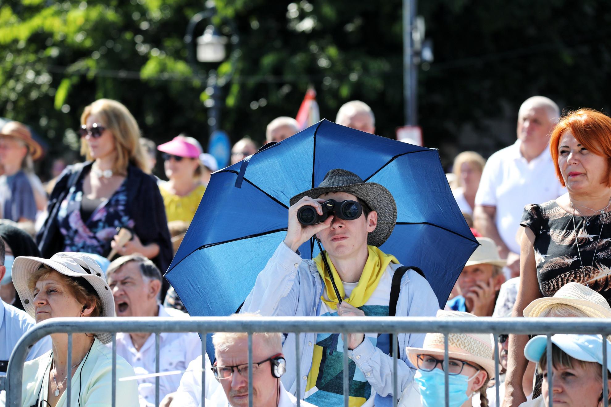 Nézők Ferenc pápa miséjén 2021. szeptember 12-én