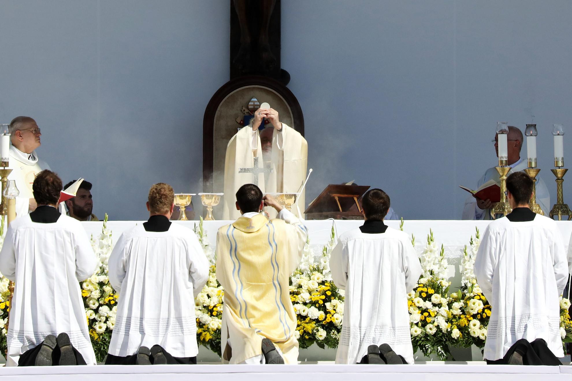 Ferenc pápa (középen) az 52. Nemzetközi Eucharisztikus Kongresszus (NEK) zárómiséjén a Hősök terén 2021. szeptember 12-én