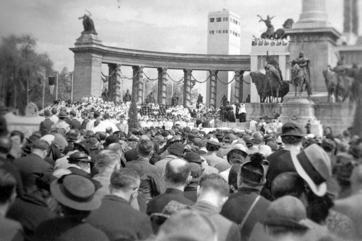 1938. május 25-én délután öt órakor megkondultak a Hősök terének harangjai. De nemcsak a helyszínen zúgtak, hanem a főváros valamennyi templomában is