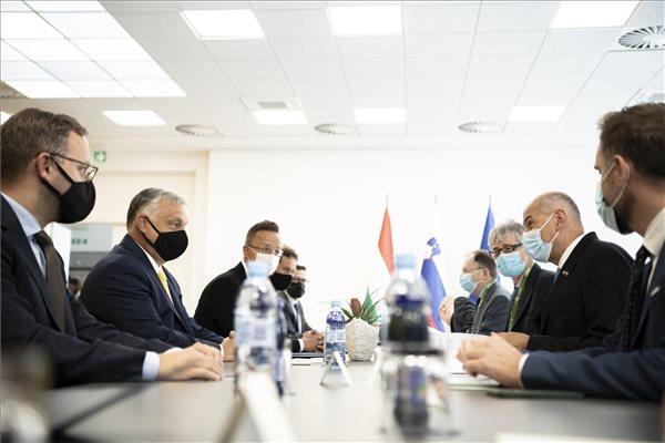Orbán Viktor magyar (b2) és Janez Jansa szlovén kormányfő (j2), a miniszterelnök mellett Szijjártó Péter külgazdasági és külügyminiszter (b3) és Orbán Balázs, a Miniszterelnökség parlamenti és stratégiai államtitkára (b)