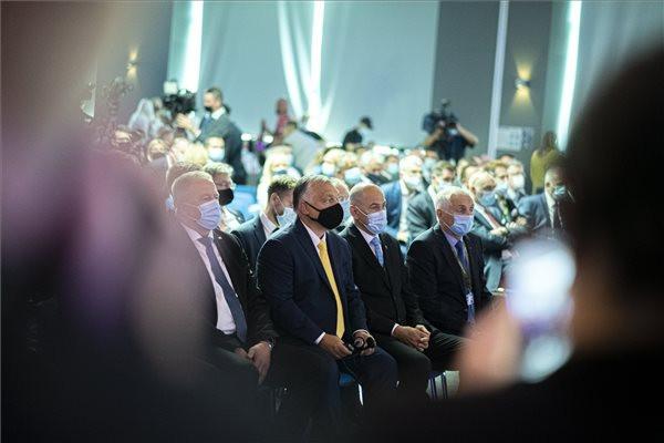 Orbán Viktor magyar és Janez Jansa szlovén kormányfő (középen, b-j) a szlovéniai Celjében az 53. Nemzetközi Kisiparos és Vállalkozói Vásár megnyitóján