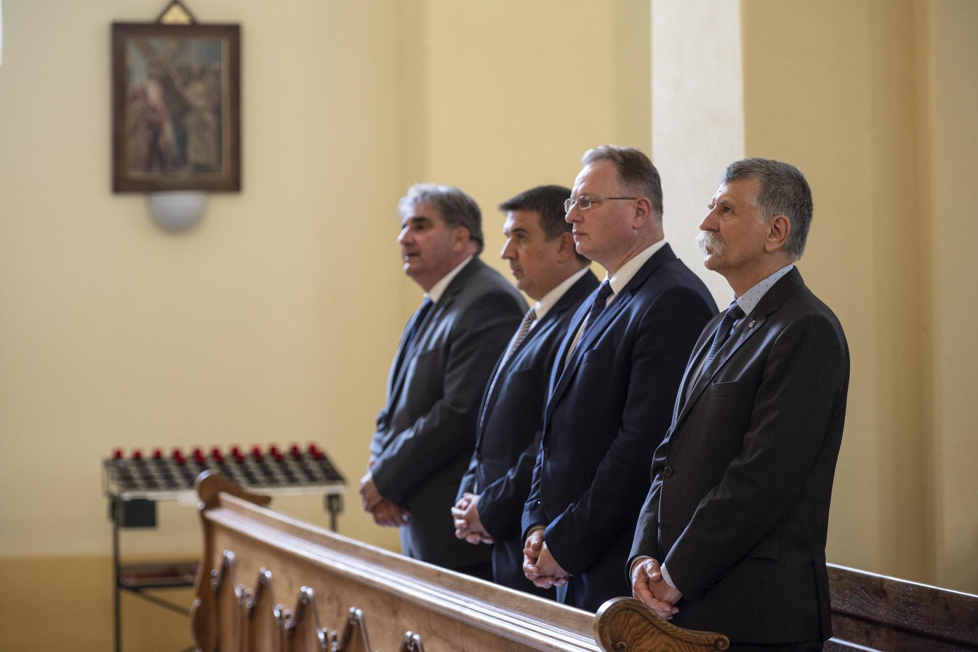 Kövér László, az Országgyűlés elnöke (j), Skuczi Nándor, a Nógrád Megyei Közgyűlés elnöke (j2), Becsó Károly (j3) és Balla Mihály (j4), a megye fideszes országgyűlési képviselői a XV. Nógrádi Megyenap alkalmából tartott ünnepi szentmisén a Salgótarjáni Római Katolikus Főplébánia Templomban 2021. szeptember 18-án