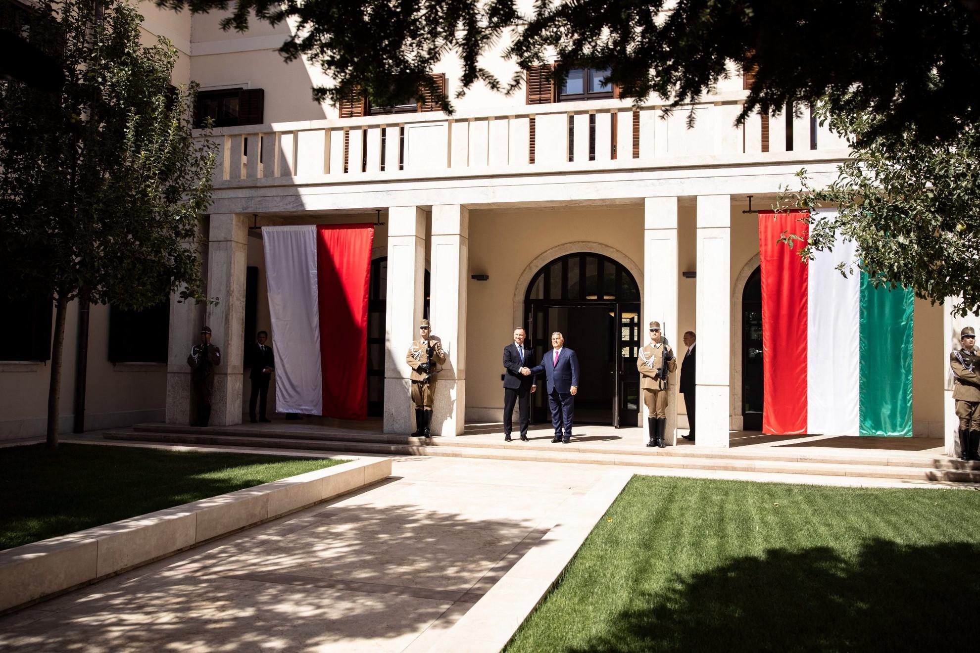 Orbán Viktor miniszterelnök (j) fogadja Andrzej Duda lengyel államfőt a Karmelita kolostorban 2021. szeptember 9-én
