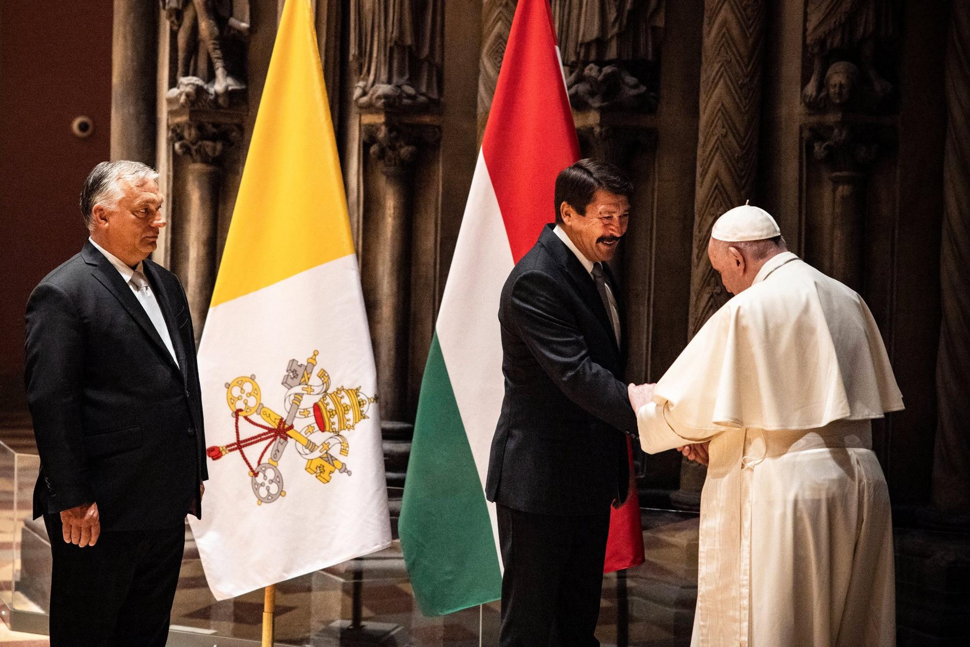 Ferenc pápa találkozója (j) Áder János köztársasági elnökkel (k) és Orbán Viktor miniszterelnökkel (b) az 52. Nemzetközi Eucharisztikus Kongresszus (NEK) zárómiséje előtt a Szépművészeti Múzeumban 2021. szeptember 12-én