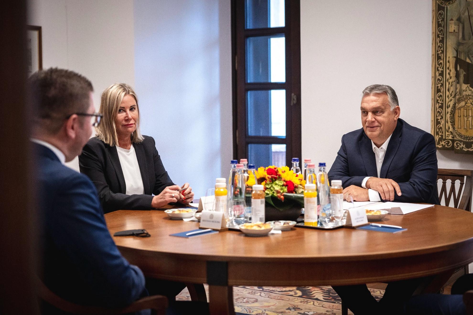 Orbán Viktor miniszterelnök, a Fidesz elnöke (j) fogadja a Belső Macedón Forradalmi Szervezet - Macedón Nemzeti Egység Demokratikus Pártja (VMRO-DPMNE) elnökét, Hrisztijan Mickoszkit a Karmelita kolostorban 2021. szeptember 21-én. A kormányfő mellett Rahói Zsuzsanna külpolitikai főtanácsadó