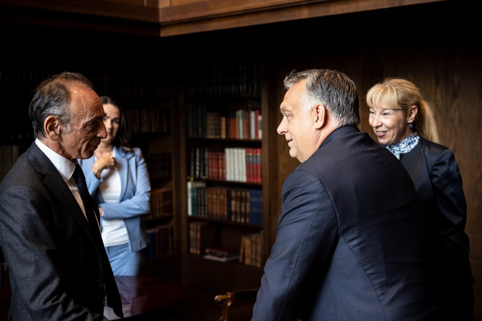 Orbán Viktor miniszterelnök (j2) fogadja Éric Zemmour francia filozófus-esszéistát (b), mellette Novák Katalin családokért felelős tárca nélküli miniszter (b2) a Karmelita kolostorban 2021. szeptember 24-én
