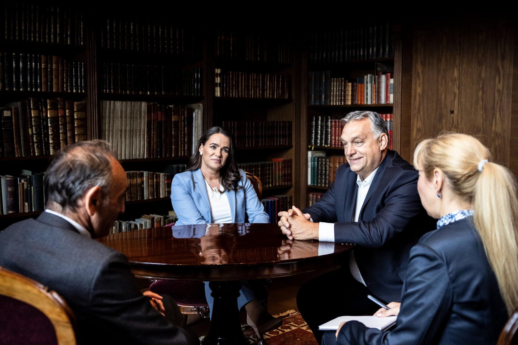 Orbán Viktor miniszterelnök (j2) és Éric Zemmour francia filozófus-esszéista (b) megbeszélést folytat, középen Novák Katalin családokért felelős tárca nélküli miniszter a Karmelita kolostorban 2021. szeptember 24-én