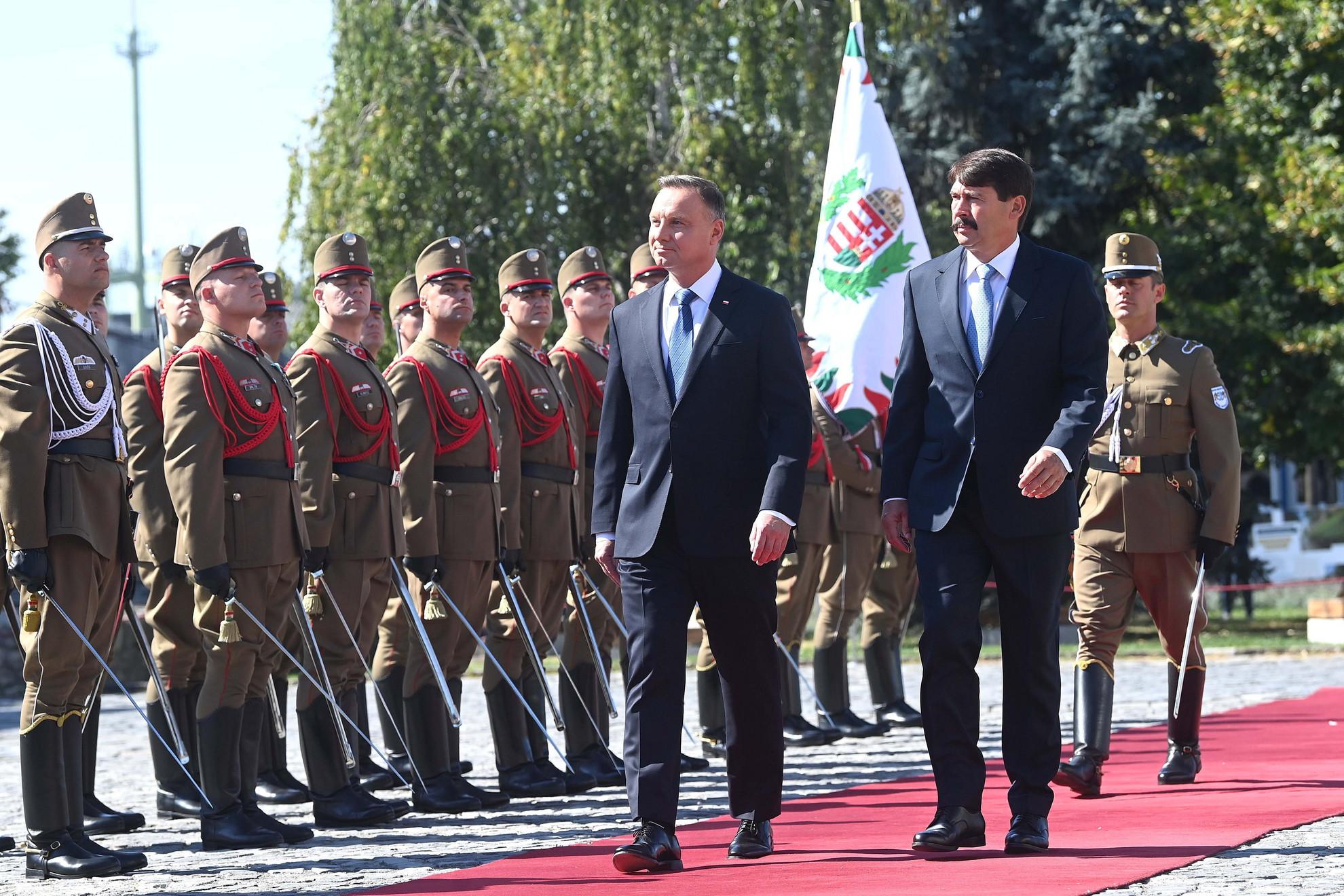 Áder János köztársasági elnök (j) katonai tiszteletadással fogadja Andrzej Duda lengyel államfőt (b) a Sándor-palota előtt, a Szent György téren 2021. szeptember 9-én