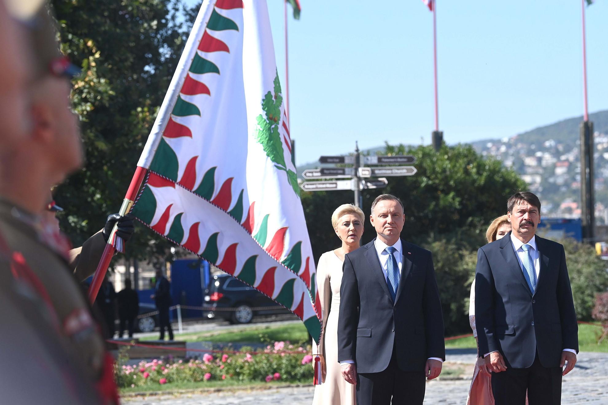 Áder János köztársasági elnök (j) és felesége, Herczegh Anita (mögötte) katonai tiszteletadással fogadja Andrzej Duda lengyel államfőt (b) és feleségét, Agata Kornhauser-Dudát (mögötte) a Sándor-palota előtt, a Szent György téren 2021. szeptember 9-én