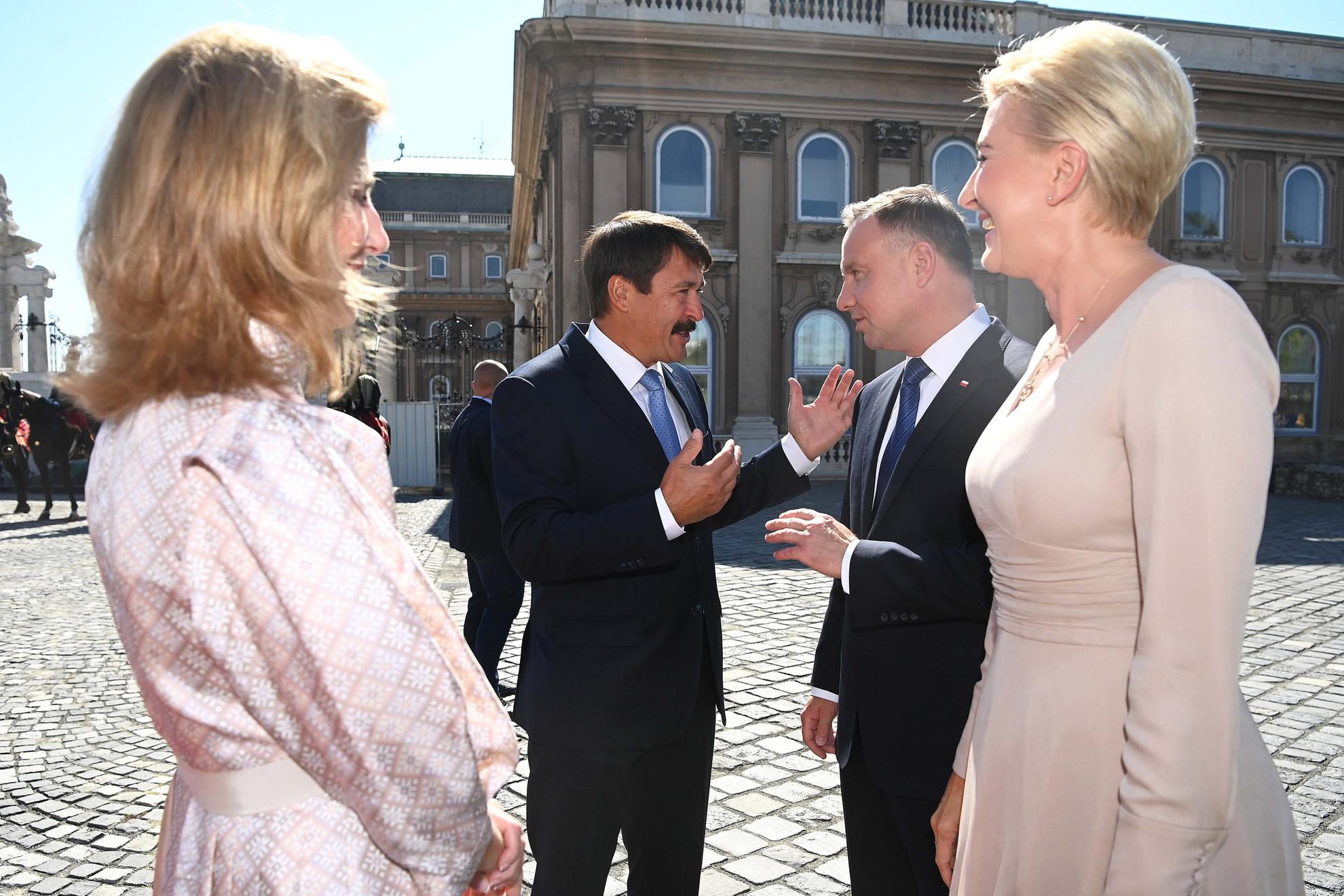Áder János köztársasági elnök (b2) és felesége, Herczegh Anita (b) fogadja Andrzej Duda lengyel államfőt (j2) és feleségét, Agata Kornhauser-Dudát (j) a Sándor-palota előtt, a Szent György téren 2021. szeptember 9-én