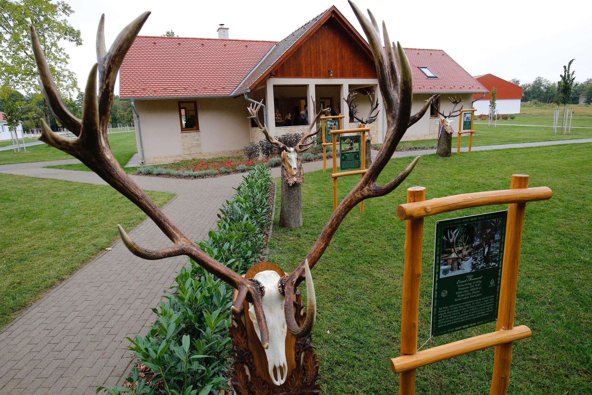 A magyar vadászrajzművészet egyik legmarkánsabb alakja, báró Schell József (1900-1970) tiszteletére kialakított park a somogyi Lábodhoz tartozó Nagysalléri Gazdálkodási és Turisztikai központban az átadás napján, 2021. szeptember 17-én