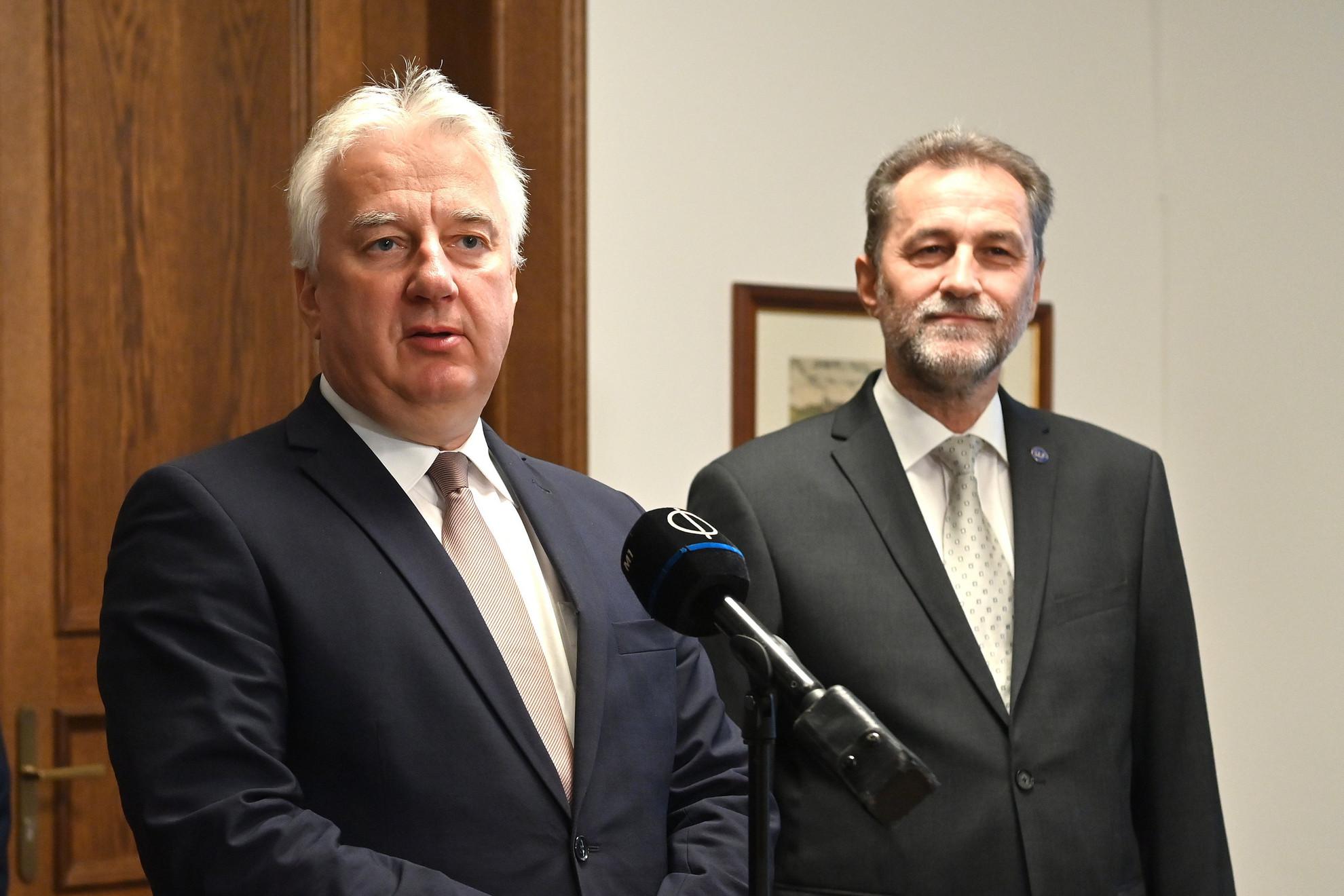 Semjén Zsolt nemzetpolitikáért, egyházügyekért és nemzetiségekért felelős miniszterelnök-helyettes (b)  beszédet mond, mielőtt átfogó megállapodást írt alá Papp Jánossal, a Magyarországi Baptista Egyház elnökével (j) a Karmelita kolostorban 2021. szeptember 20-án