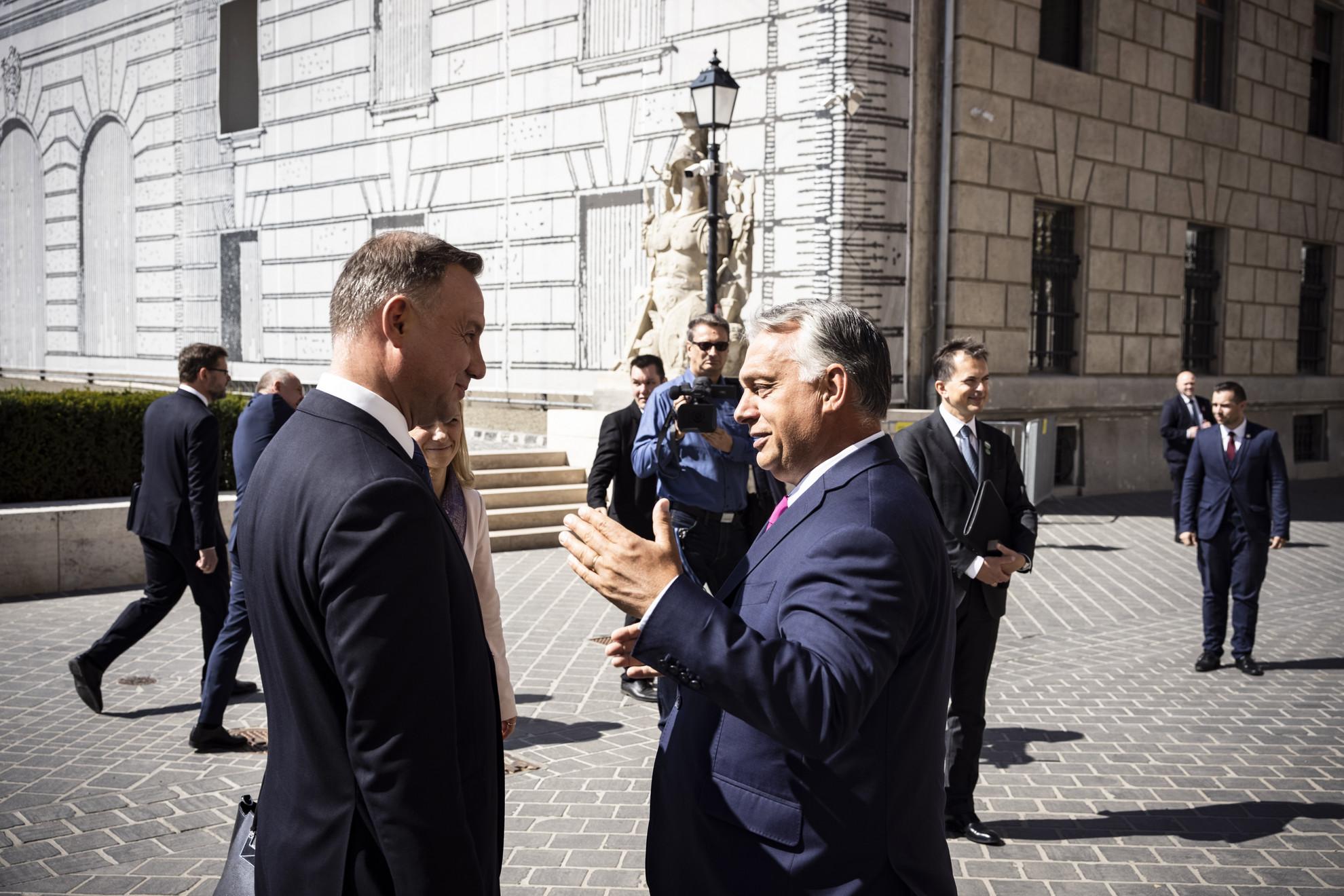 A Miniszterelnöki Sajtóiroda által közreadott képen Orbán Viktor miniszterelnök (j) fogadja Andrzej Duda lengyel államfőt a Karmelita kolostor előtt
