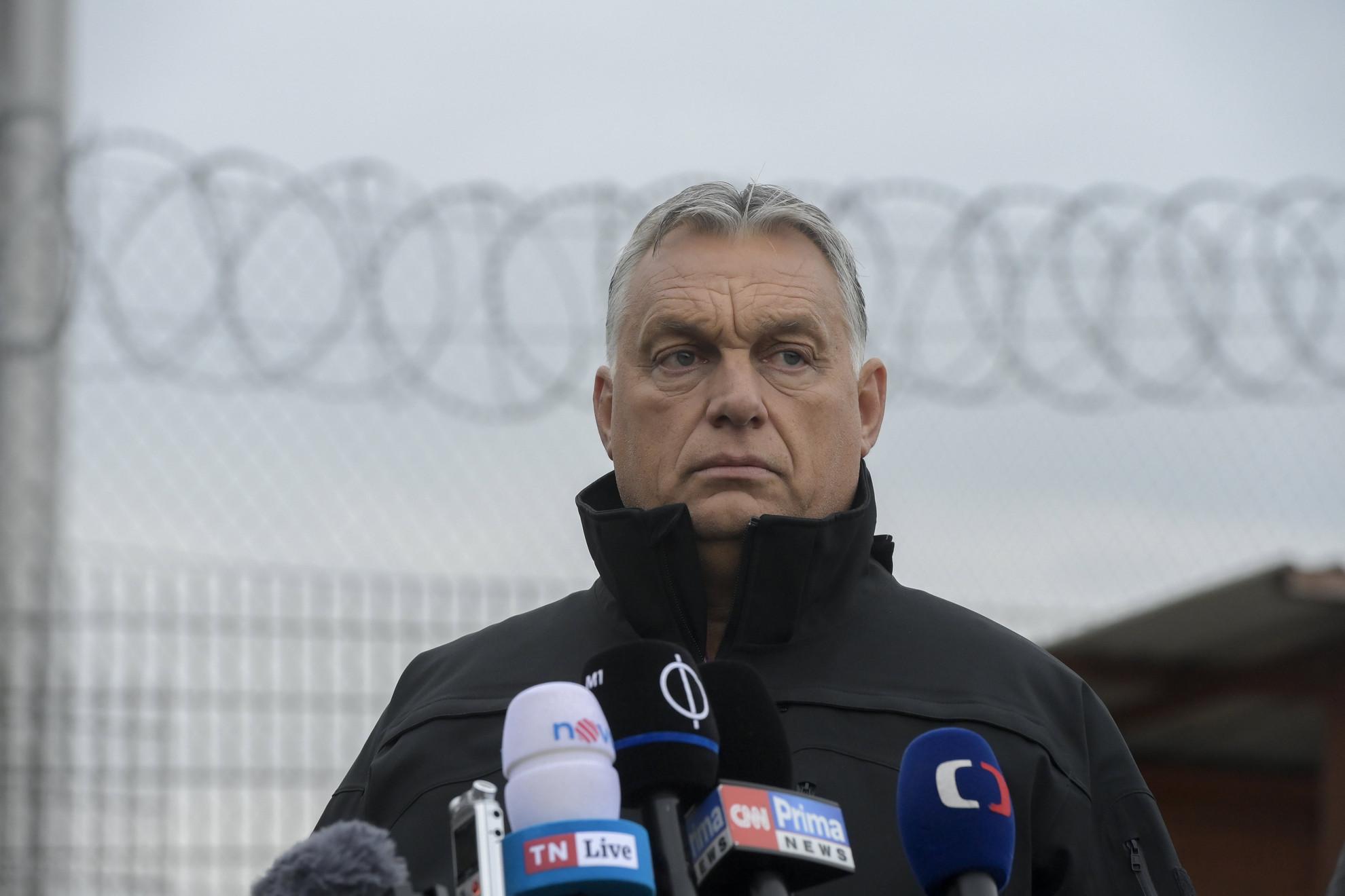 Orbán Viktor miniszterelnök Andrej Babis cseh kormányfővel (a képen nem látható) közösen sajtónyilatkozatot tesz a határszemlét követően a magyar-szerb határnál, az ideiglenes biztonsági határzárnál