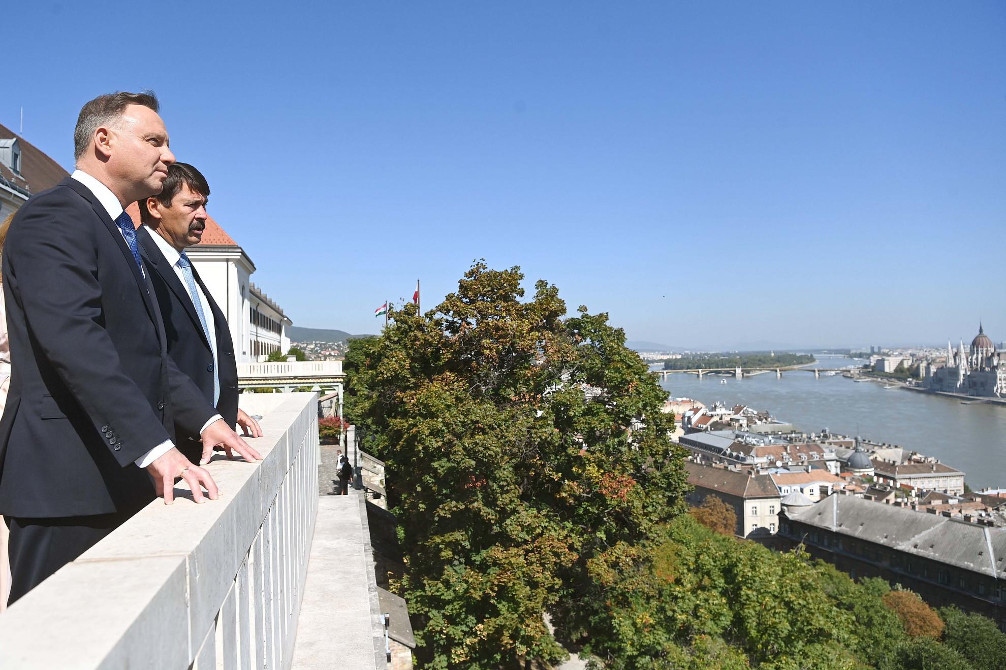 Áder János köztársasági elnök (b2) és vendége, Andrzej Duda lengyel államfő (b) a Sándor-palota teraszán