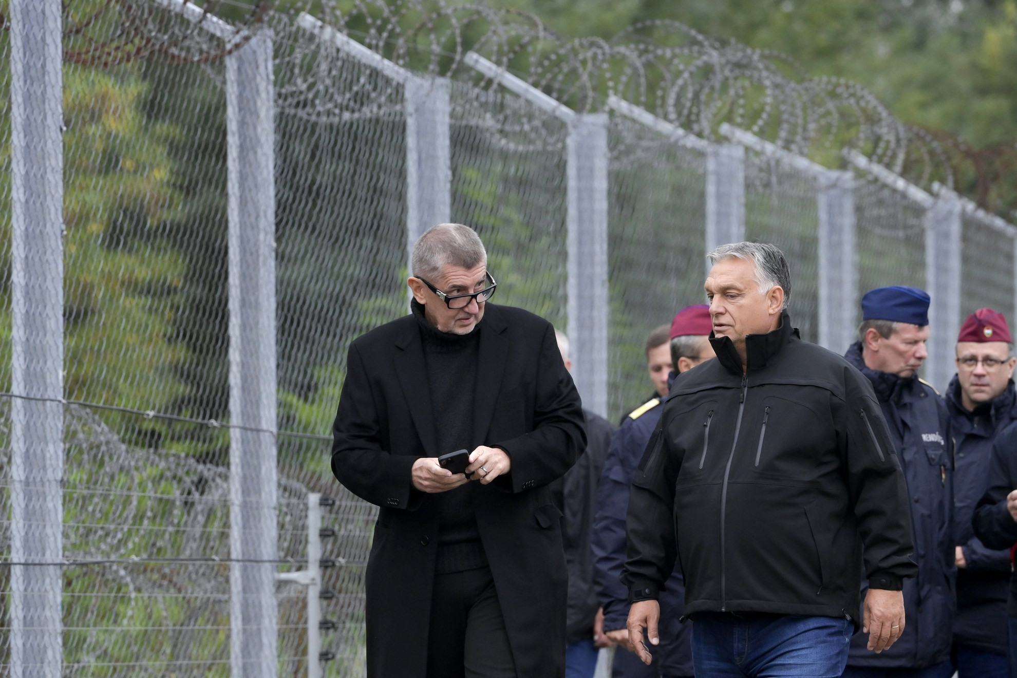 Orbán Viktor miniszterelnök (elöl, j) és Andrej Babis cseh kormányfő (b) határszemlén a magyar-szerb határnál, az ideiglenes biztonsági határzárnál