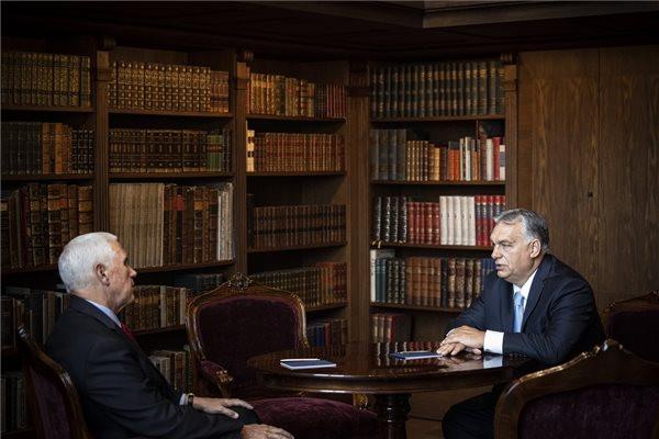 A Miniszterelnöki Sajtóiroda által közreadott képen Orbán Viktor miniszterelnök (j) és Mike Pence, az Egyesült Államok korábbi alelnöke (b) megbeszélést folytat a Karmelita kolostorban
