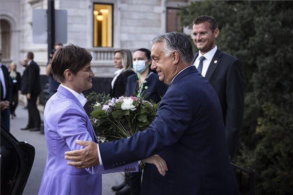 A Miniszterelnöki Sajtóiroda által közreadott képen Orbán Viktor kormányfő fogadja Ana Brnabic szerb miniszterelnököt (b) Budapesten 2021. szeptember 7-én. A következő napon magyar-szerb kormányzati csúcstalálkozót tartanak Budapesten