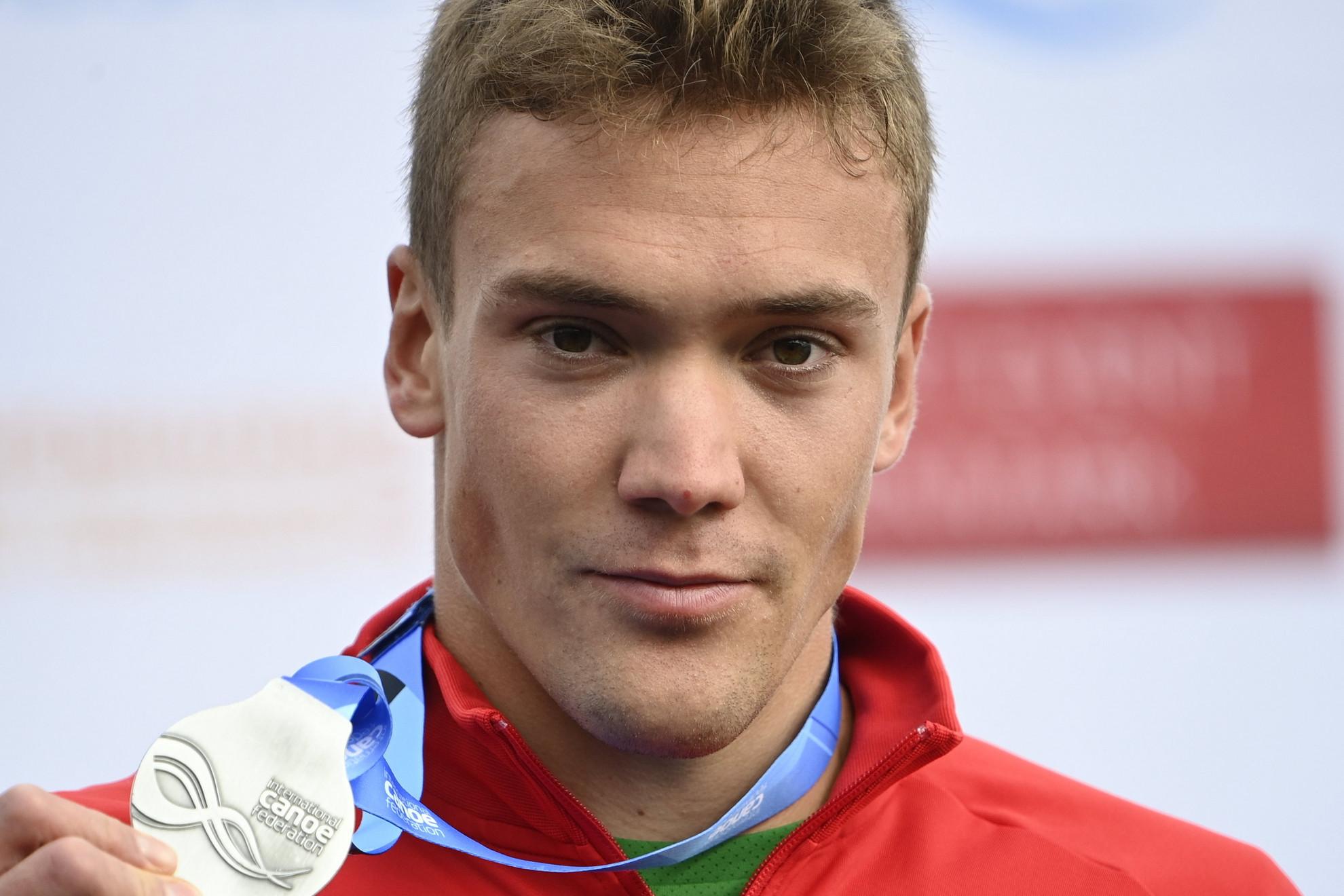 Az ezüstérmes Kopasz Bálint a kajak egyesek 1000 méteres versenyének eredményhirdetésén a koppenhágai Bagsvaerd-tavi versenypályán 2021. szeptember 18-án