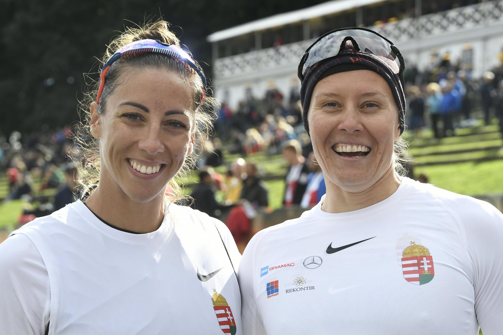 Az aranyérmes Csipes Tamara (b) és Kozák Danuta a kajak-kenu világbajnokság kajak kettesek 500 méteres versenyének döntője után a koppenhágai Bagsvaerd-tavi versenypályán 2021. szeptember 18-án