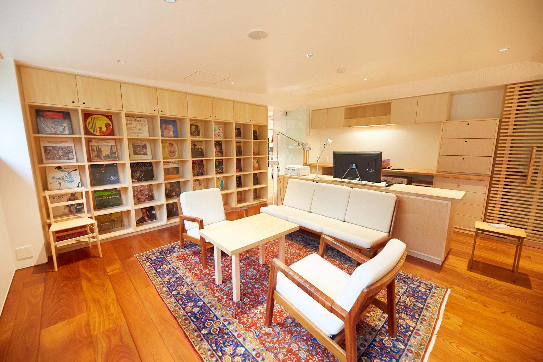 A könyvtárban van Murakami dolgozószobájának másolata, benne egy íróasztallal, könyvespolcokkal, lemezjátszóval és egy diákok által működtetett kávézóval