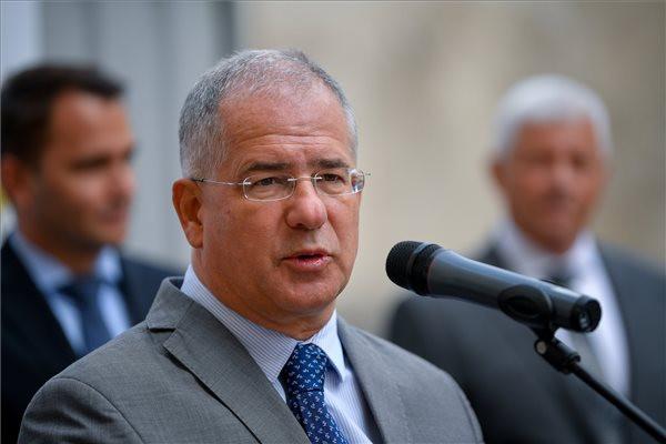 Kósa Lajos, a térség fideszes országgyűlési képviselője beszédet mond egy új, négycsillagos szálloda alapkőletételén Debrecenben