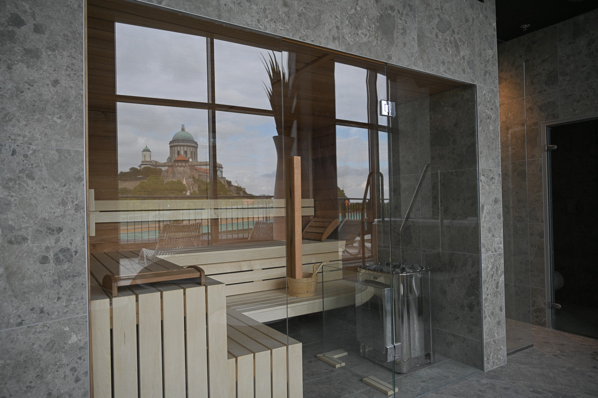 A négycsillagos hotelben 149 szoba található, a Hotel Portobellóban 90 szoba van