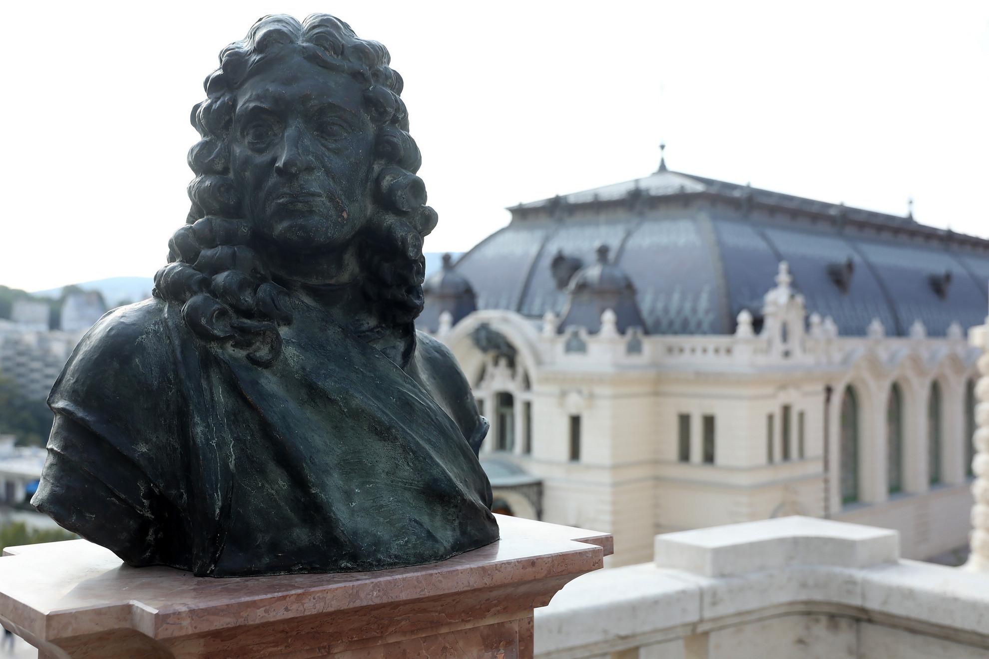 ... míg a másik a Corvinákat megmentő Luigi Ferdinando Marsiglit