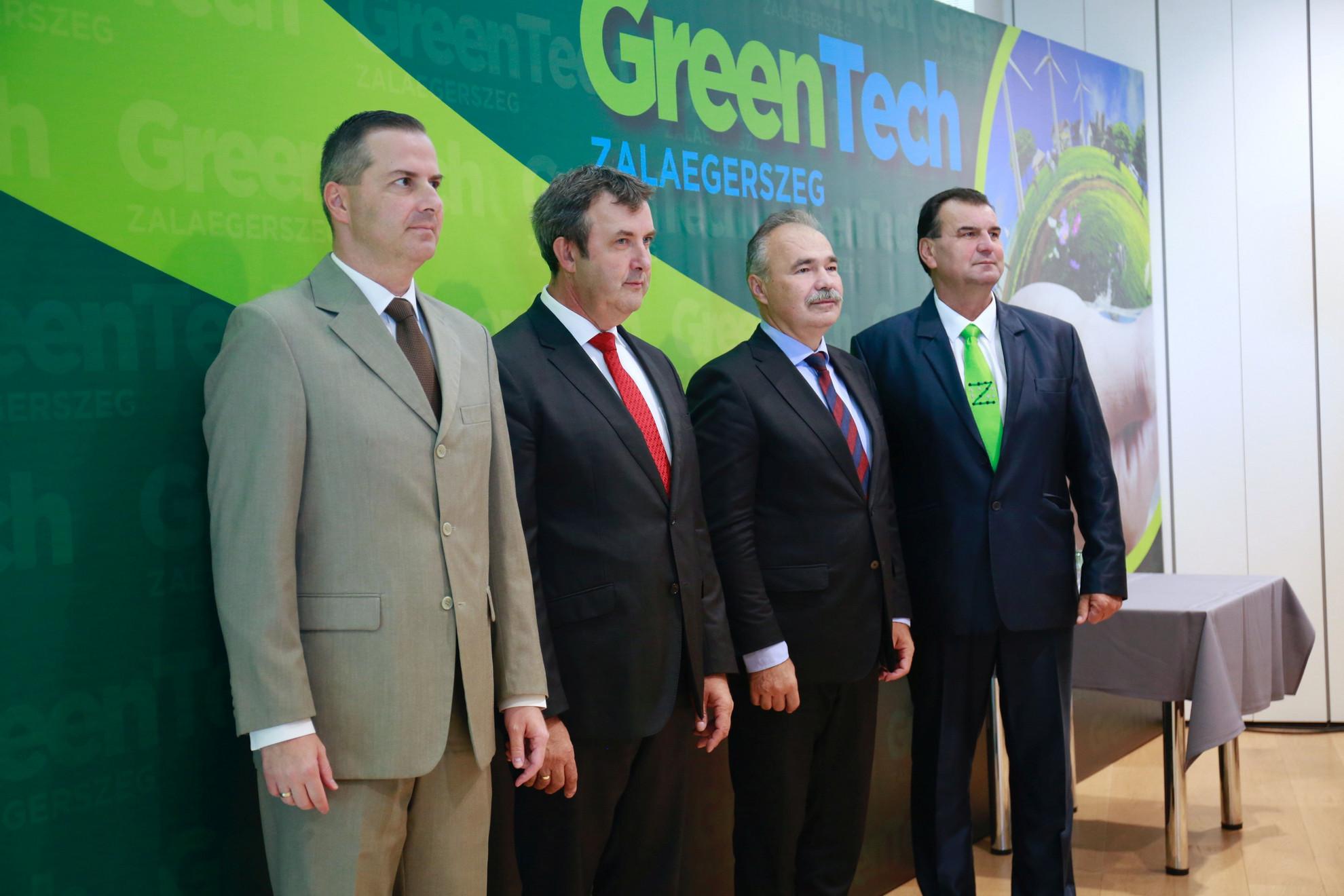 Balaicz Zoltán (Fidesz-KDNP) polgármester (b), Palkovics László innovációs és technológiai miniszter (b2), Nagy István agrárminiszter (j2) és Vigh László, a térség fideszes országgyűlési képviselője (j) a GreenTech 2021 Zöld Energia és Fenntarthatóság Szakkiállítás, Konferencia második napján Zalaegerszegen