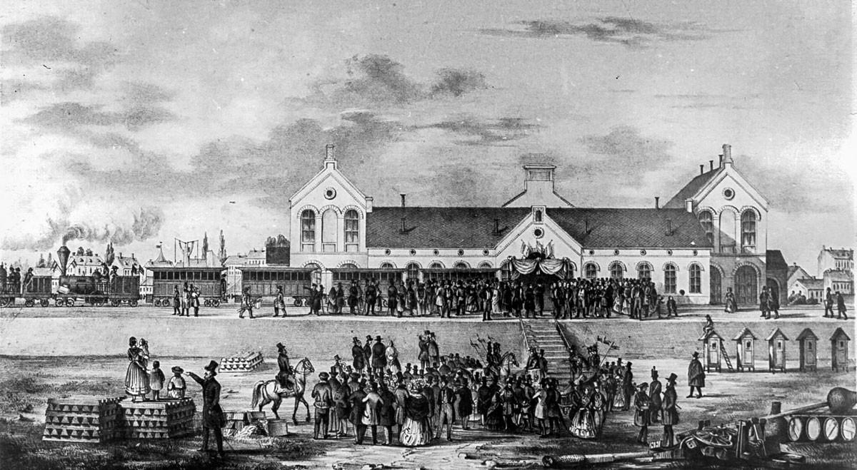 A virágokkal, koszorúkkal és zászlókkal feldíszített vonat 1846. július 15-én gördült be Vácra. A két gőzmozdony (Buda és Pest) hét vagont húzott. A vagonokban egyenként ötven ember szorongott