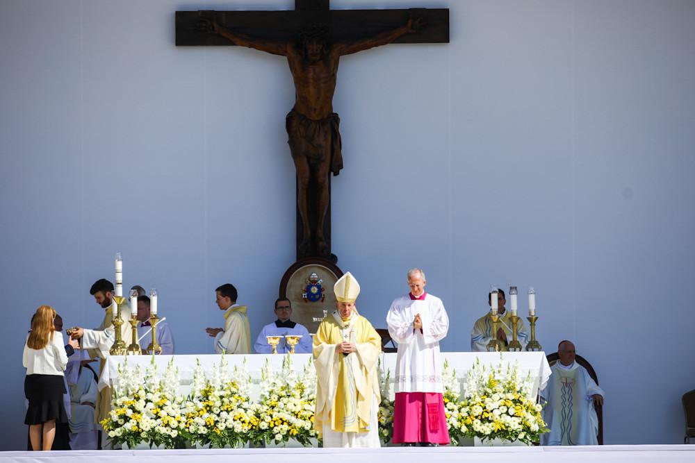 Ferenc pápa (k) az 52. Nemzetközi Eucharisztikus Kongresszus (NEK) zárómiséjén a Hősök terén 2021. szeptember 12-én