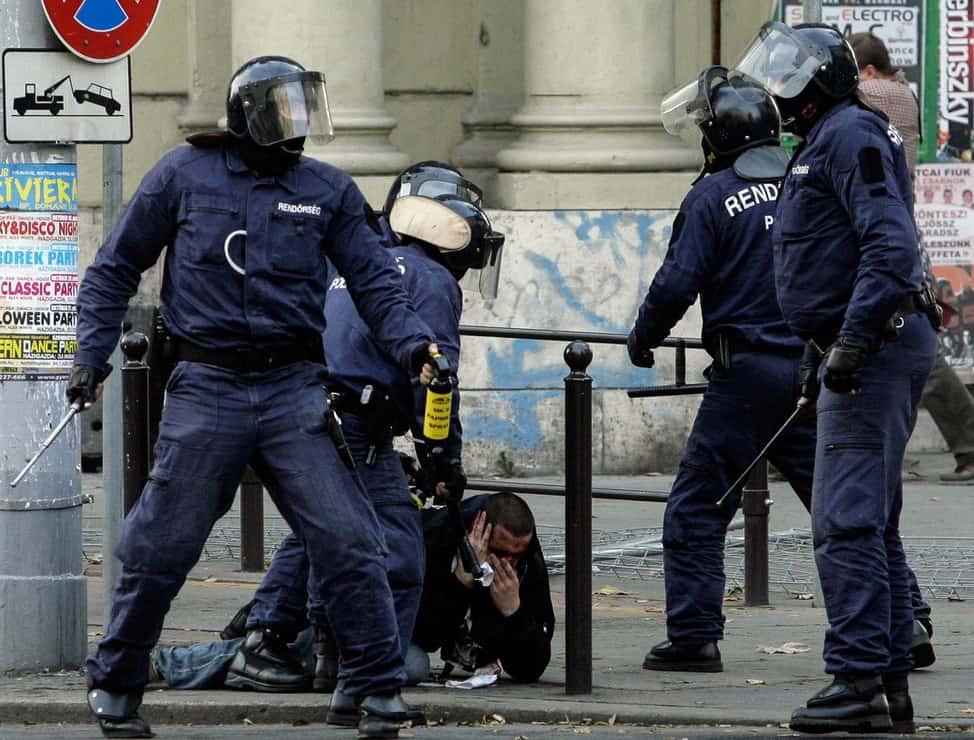 Bármiféle azonosító nélkül, erőszakot alkalmazva intézkedő rendőrök