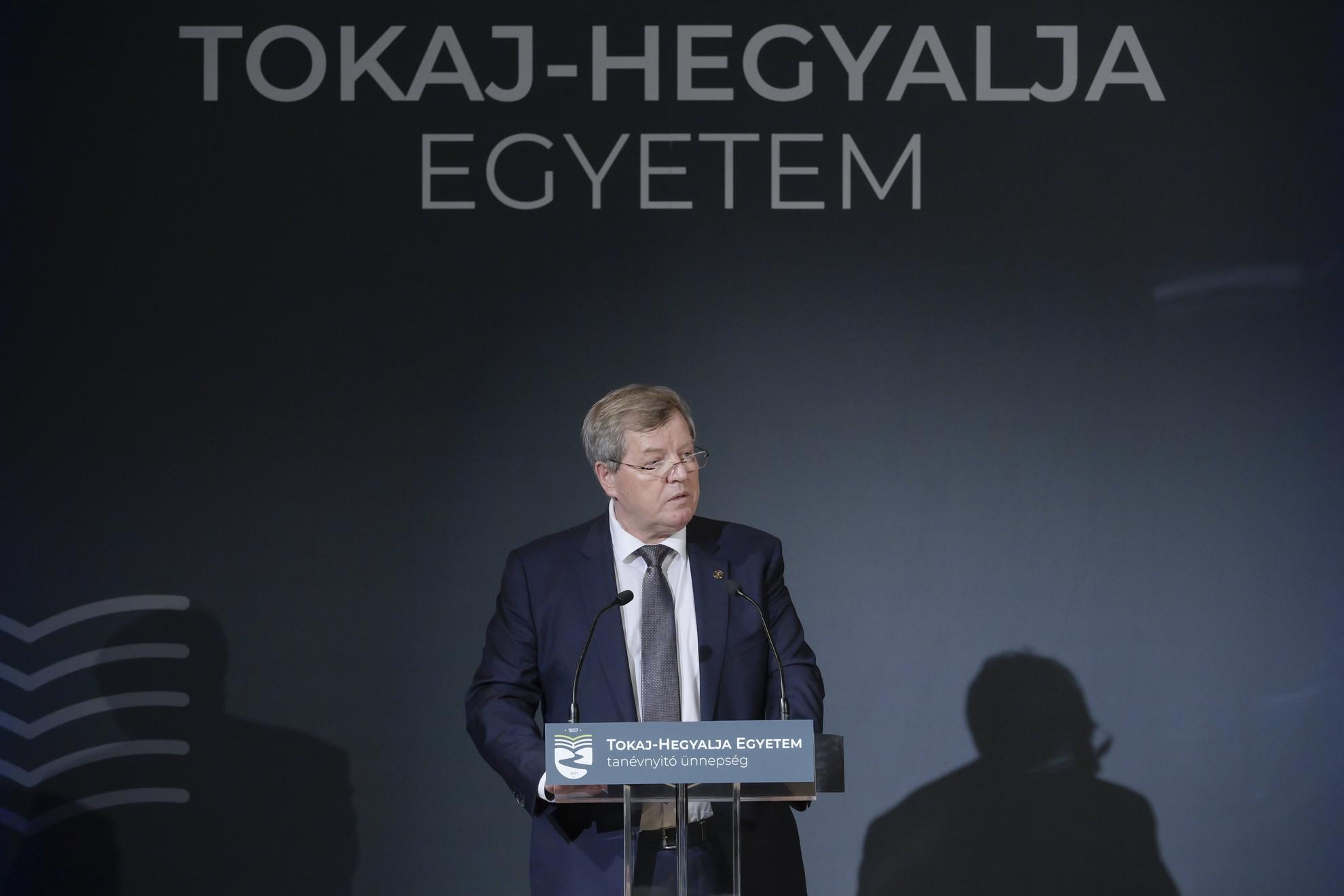 Stumpf István felsőoktatási modellváltás koordinálásáért felelős kormánybiztos, az intézményt fenntartó Tokaj-Hegyalja Egyetemért Alapítvány kuratóriumának elnöke beszédet mond a Tokaj-Hegyalja Egyetem tanévnyitó ünnepségén