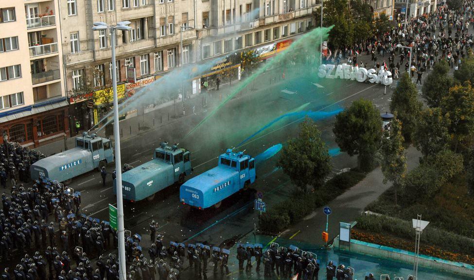 A békés tüntetők ellen fellépő rendőrök